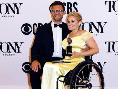 Άλι Στρόκερ, η πρώτη ηθοποιός σε αναπηρικό αμαξίδιο με βραβείο Tony