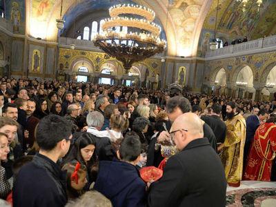Ασφυκτικά γεμάτος ο Ιερός Ναός του Αγίου Ανδρέου για τη Χριστουγεννιάτικη δοξολογία