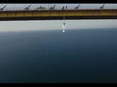 """Μαγεία: Η χορευτική αιώρηση της Κατερίνας Σολδάτου στη Γέφυρα Ρίου Αντιρρίου - Στον """"αέρα"""" το εντυπωσιακό ΒΙΝΤΕΟ"""