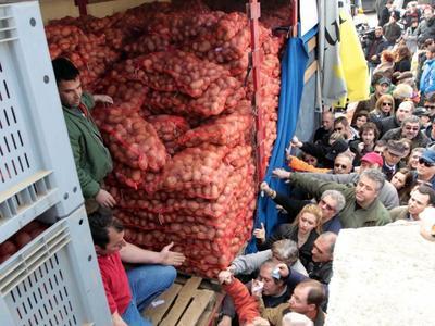 Πάρε κόσμε: Σε πέντε ώρες διανεμήθηκαν 75 τόνοι πατάτας με τιμή μόλις... 25 λεπτά!