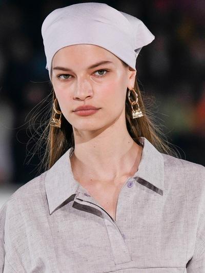 Jaquemus 8 τρόποι για να αξιοποιήσετε στο έπακρο το μαντήλι σας σε ρούχα και μαλλιά! igynaika.gr