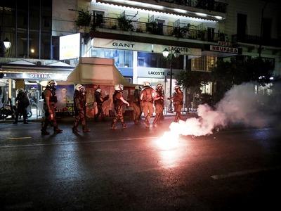 Αθήνα: Μικροεπεισόδια με πέτρες και χημικά στην πορεία για τον Παύλο Φύσσα -ΒΙΝΤΕΟ