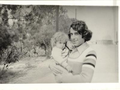 1968: Ο Ανδρέας Φούρας, φοιτητής της Νομικής Σχολής Αθηνών,  κρατάει στην αγκαλιά του τον ανιψιό του, Θανάση, γιό του αδελφού του Δημήτρη, που ζει στην Αμερική