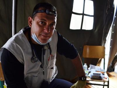 Ο Πατρινός Γιατρός που σώζει ζωές όπου υπάρχει πόλεμος και πρόσφυγες - Ιατρική χωρίς ...σύνορα για τον Δημήτρη Γιαννούση