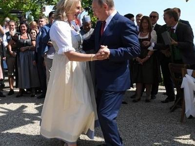Ο πρόεδρος Πούτιν χόρεψε στον γάμο της Αυστριακής υπουργού Εξωτερικών