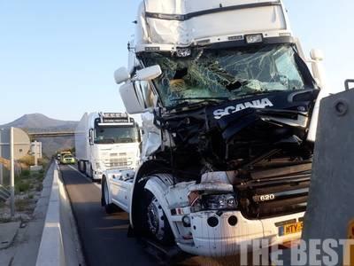 Σφοδρή σύγκρουση δύο φορτηγών στην Πατρών-Κορίνθου- ΦΩΤΟ