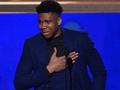 Οι λυγμοί του Αντεντοκούμπο μόλις παρέλαβε το βραβείο του καλύτερου παίκτη στο NBA! ΒΙΝΤΕΟ