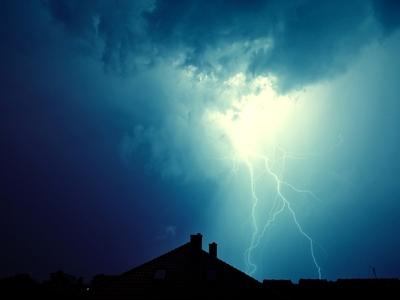 ΤΩΡΑ Άνοιξαν οι ουρανοί στην Πάτρα - Απανωτοί κεραυνοί