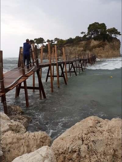 Η  ξύλινη γέφυρα πριν από το πέρασμα του...