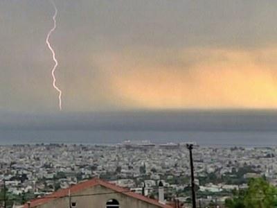 """Η στιγμή που η καταιγίδα """"χτυπά"""" την Πάτρα"""