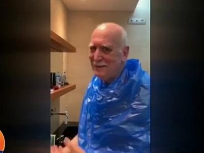 Ο Γιώργος Παπαδάκης κουρεύεται μόνος του στο σπίτι λόγω καραντίνας