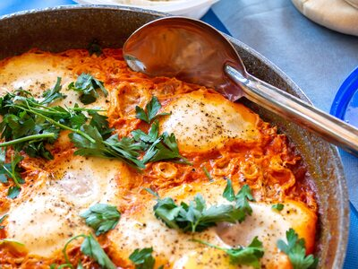 Nόστιμα αυγά στο φούρνο με ντομάτα και παρμεζάνα