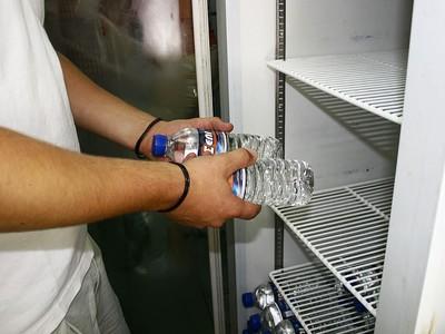 Πιτσιρικάδες και ένας ενήλικας βούτηξαν αναψυκτικά από ψυγείο
