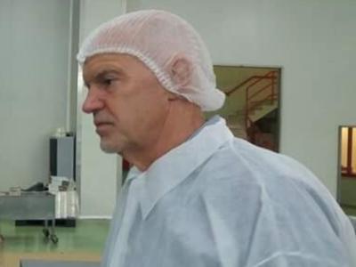 Η επίσκεψη Παπανδρέου σε μονάδα παραγωγής σταφίδας στην Αχαϊα και οι φωτογραφίες με το σκούφο που έγιναν viral