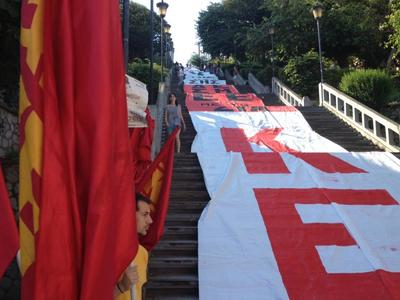 Πάτρα - ΚΚΕ: Κάλυψαν τη σκάλα της Αγ. Νικολάου με ένα τεράστιο πανό, για το δημοψήφισμα - ΦΩΤΟ - ΒΙΝΤΕΟ