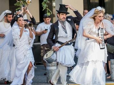 Η Σμαράγδα Καρύδη σκηνοθετεί και παίζει στη σάτιρα «Του Κουτρούλη ο Γάμος»