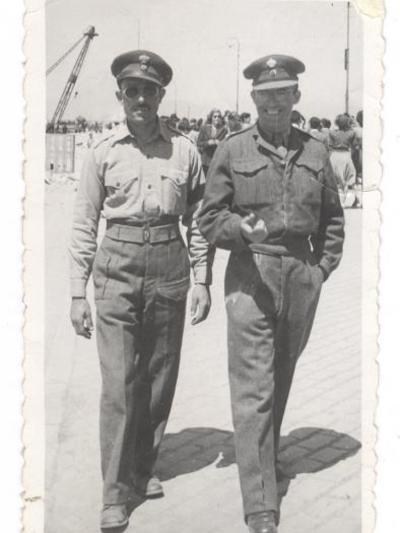 Ο Αθανάσιος Φούρας, (αριστερά) με την στολή του αξιωματικού