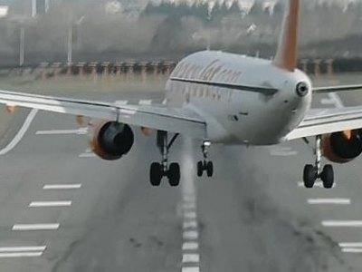 Δραματική προσγείωση αεροσκάφους της easyjet - Βίντεο μέσα στο πιλοτήριο