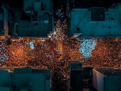 Απίστευτες φωτογραφίες της νυχτερινής ποδαράτης παρέλασης του Πατρινού Καρναβαλιού από ψηλά