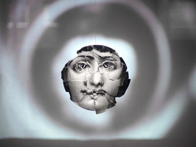 Η θρυλική γυναίκα του Fornasetti από σπασμένα πιάτα...