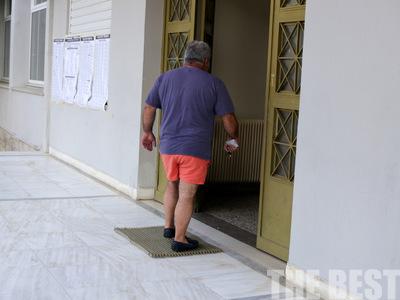 Με το... μαγιό στην κάλπη - Ψηφίζουν και φεύγουν για θάλασσα στην Πάτρα -ΦΩΤΟΡΕΠΟΡΤΑΖ