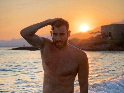 Ο Αχαιός Νίκος Πολυδερόπουλος ποζάρει μόνο με το μαγιό του!