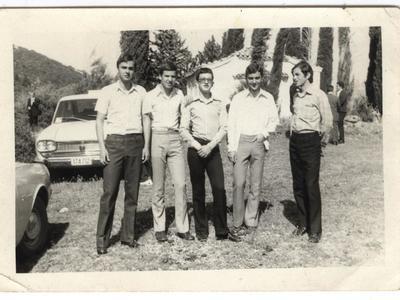 Ο Γιώργος Μάρκου (στο κέντρο) στα Καλάβρυτα με συμμαθητές του την δεκαετία του '70