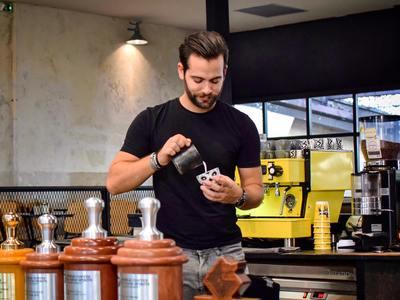Μιχάλης Δημητρακόπουλος: Ο Πατρινός  barista που έφτασε στην κορυφή του κόσμου ξεκινώντας από την Ρήγα Φεραίου μιλάει στο thebest!