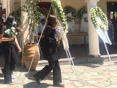 Σπαραγμός στην κηδεία της Καρολάιν -&quo...