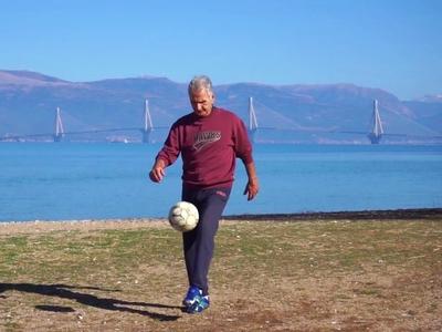 Η ιστορία του πρώην ποδοσφαιριστή της Παναχαϊκής που έχει μαγέψει τον κόσμο με τα κόλπα του