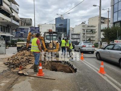 Πάτρα: Σπασμένος αγωγός έκλεισε την οδό ...