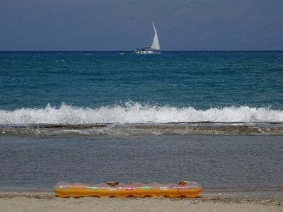 6χρονη παρασύρθηκε από τα κύματα και βγή...