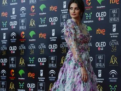 BeautySpy: Η Πενέλοπε Κρουζ λουλουδένια οπτασία στη Μάλαγα της Ισπανίας