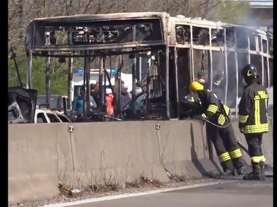 Ιταλία: Οδηγός πυρπόλησε λεωφορείο γεμάτο παιδιά - ΔΕΙΤΕ ΒΙΝΤΕΟ