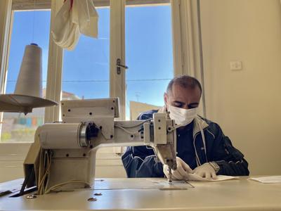 Πρόσφυγας ράβει μάσκες προφύλαξης από τον κορωνοϊό