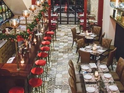 """Η """"Ετικέτα"""" μας υποδέχεται στον πανέμορφο και γιορτινό χώρο της, πάντα με ποιοτικές γευστικές προτάσεις!"""