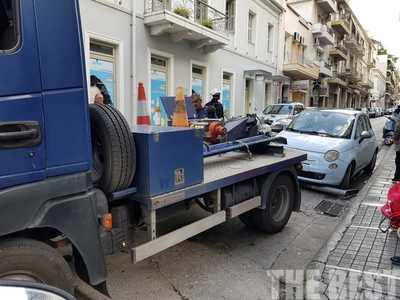Ο γερανός της τροχαίας σήκωσε αυτοκίνητο στη Βότση, στην Πάτρα - ΦΩΤΟ