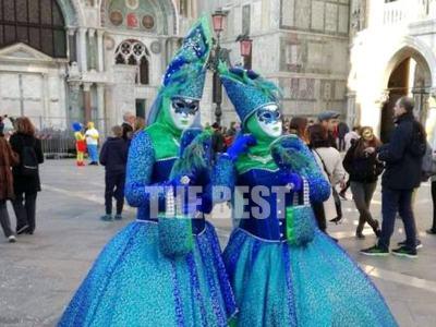 Η Πατρινή Χρύσα Καννά μιλά από τη Βενετία στο thebest.gr: Όλοι γλεντάνε, οι καρναβαλιστές συνεχίζουν κανονικά