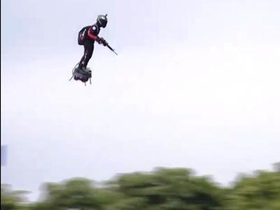 Πέταξε με flyboard πάνω από Μακρόν και Μέρκελ! ΒΙΝΤΕΟ