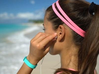Καλοκαίρι και μουσική στην παραλία - Τι χαρακτηριστικά πρέπει να έχουν τα ακουστικά σας