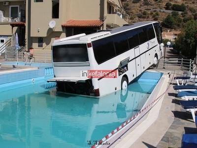 Λεωφορείο στην Κεφαλονιά έκανε ...βουτιά σε πισίνα ξενοδοχείου!