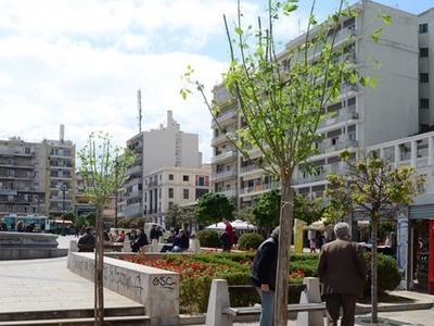 """Πλατεία Γεωργίου: Ούτε πράσινο, ούτε σκιά και συντριβάνια δαπέδου... """"σκοτώστρες"""""""