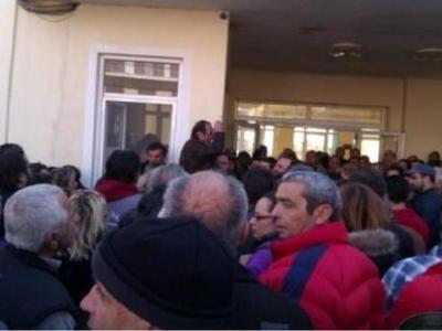 Υπό πολιορκία παραμένει το Νοσοκομείο Καρύστου -Από την πίσω πόρτα φυγαδεύτηκε ο διοικητής
