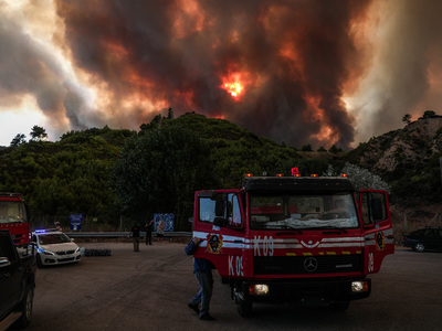 Φωτιά-Φωκίδα: Στα 6 χλμ. το μέτωπο στα χ...