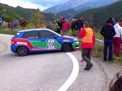 Τρόμαξαν οι θεατές στην Ανάβαση Πιτίτσας - Στις μπαριέρες αυτοκίνητο - ΒΙΝΤΕΟ