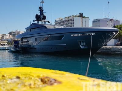 """Το 46 μέτρων μαύρο super-yacht """"Lucky me"""" είναι στην Πάτρα και εντυπωσιάζει"""