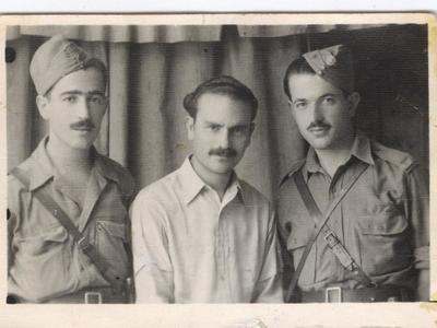 Ο Γιάννης Κατσικόπουλος (Βελλιάς) στα αριστερά, με συντρόφους του από το αντάρτικο