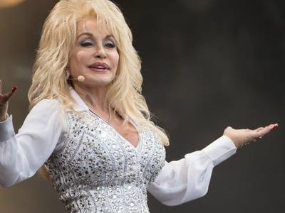 Η τραγουδίστρια Ντόλι Πάρτον αποκαλύπτει ποιες ηθοποιοί θα ήθελε να την υποδυθούν