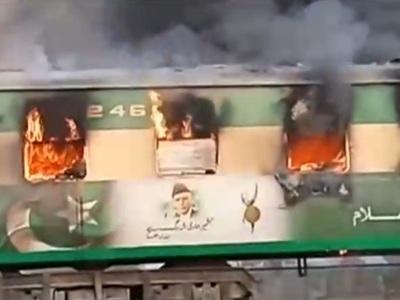 Φλεγόμενο τρένο σκορπά το θάνατο στο Πακιστάν