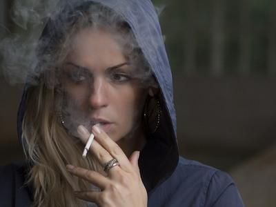 Το κάπνισμα μειώθηκε αλλά στην Ελλάδα ...φουμάρουν πολύ κυρίως οι έφηβες!